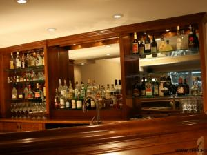 Arts-and-Crafts bar in maple